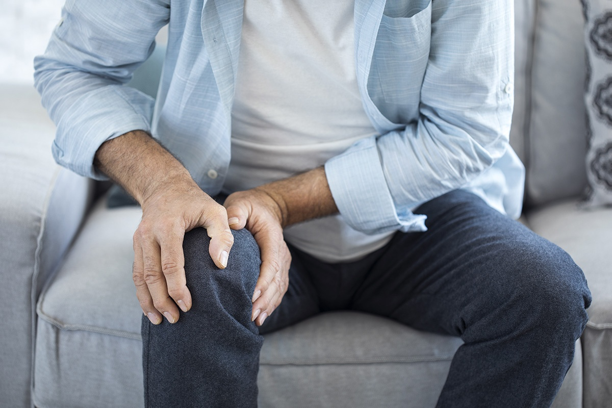 AdobeStock_165106404-older-man-knee-pain